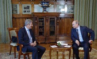 Le président russe, Vladimir Poutine (D), discute avec l'eurodéputé français Philippe de Villiers, lors d'un entretien au palais Livadia, près de Yalta, le 14 août 2014.