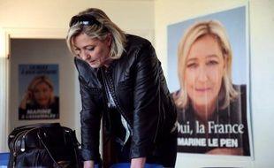 """La présidente du Front national Marine Le Pen a déclaré mardi à Metz qu'elle ne s'interdisait """"rien"""" aux législatives et que son parti pourrait appeler """"très exceptionnellement"""" à faire gagner des candidats de l'UMP, voire du PS, au 2e tour, en fonction de leur """"valeur humaine""""."""
