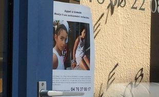 Pont de Beauvoisin, en Isère, le 29 août 2017. Un avis de recherche a été placardé sur la plupart des vitrines des magasins de la commerce où Maëlys, une fillette de 9 ans a disparu dans la nuit du 27 au 28 août dernier.