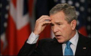 George W. Bush a repoussé jeudi certaines des recommandations les plus cruciales d'un groupe de personnalités pour un changement de stratégie en Irak, mais a accédé à l'idée d'un nouvel effort diplomatique pour le Proche-Orient, que mènera son allié Tony Blair.