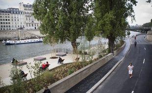 Des piétons et cyclistes profitant de 1,2 km de bord de Seine avec des trottoirs élargis, entre le square de l''Hôtel de Ville et le bout du quai Henri IV (4e), le 2 septembre 2012.