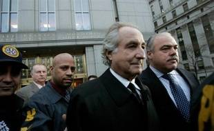 Le financier américain Bernard Madoff, soupçonné d'être à l'origine d'une énorme fraude de 50 milliards de dollars, a échappé à la prison lundi dans l'attente de son procès, mais la justice a renforcé les termes de son assignation à résidence.