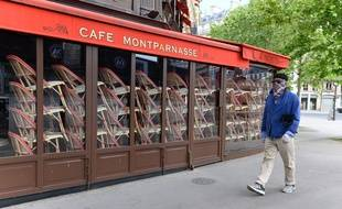 Un café de Montparnasse, fermé, à Paris. (illustration)