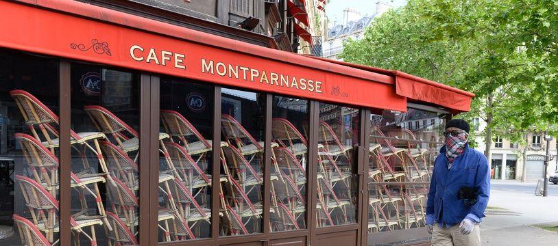 Un café de Montparnasse, fermé, à Paris. (illustration)