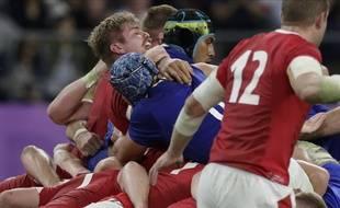 Le français Sébastien Vahaamahina donne un coup de coude au gallois Aaron Wainwright au mondial de rugby au Japon.