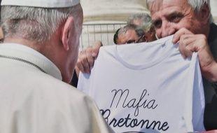 Le Père Jean-Luc Guillotel, curé en Bretagne, a offert un joli tee-shirt au pape la semaine dernière.