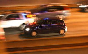 Illustration de voitures circulant la nuit