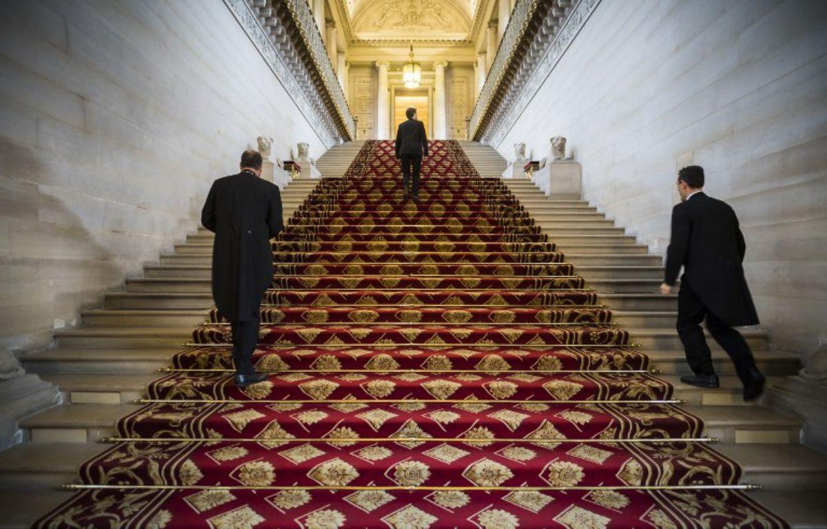 Des personnes sur un escalier du Sénat dans le palais du Luxembourg le 16 novembre 2016 – LIONEL BONAVENTURE / AFP