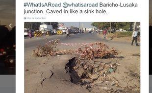 Des Kenyans recensent les nids de poule sur les routes.