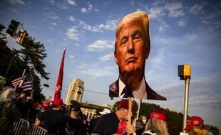 Des supporters de Trump devant l'hôpital militaire Walter Reed, le 4 octobre 2020.