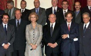 Adolfo Suarez, ancien chef du gouvernement espagnol est le deuxième en partant de la gauche sur la rangée du fonds. Photo de famille d'ex dirigeants espagnols prise autour du roi et de la reine d'Espagne (2e et 3e en partant de la gauche 1ere rangée) le 27 octobre 2001 à Madrid.