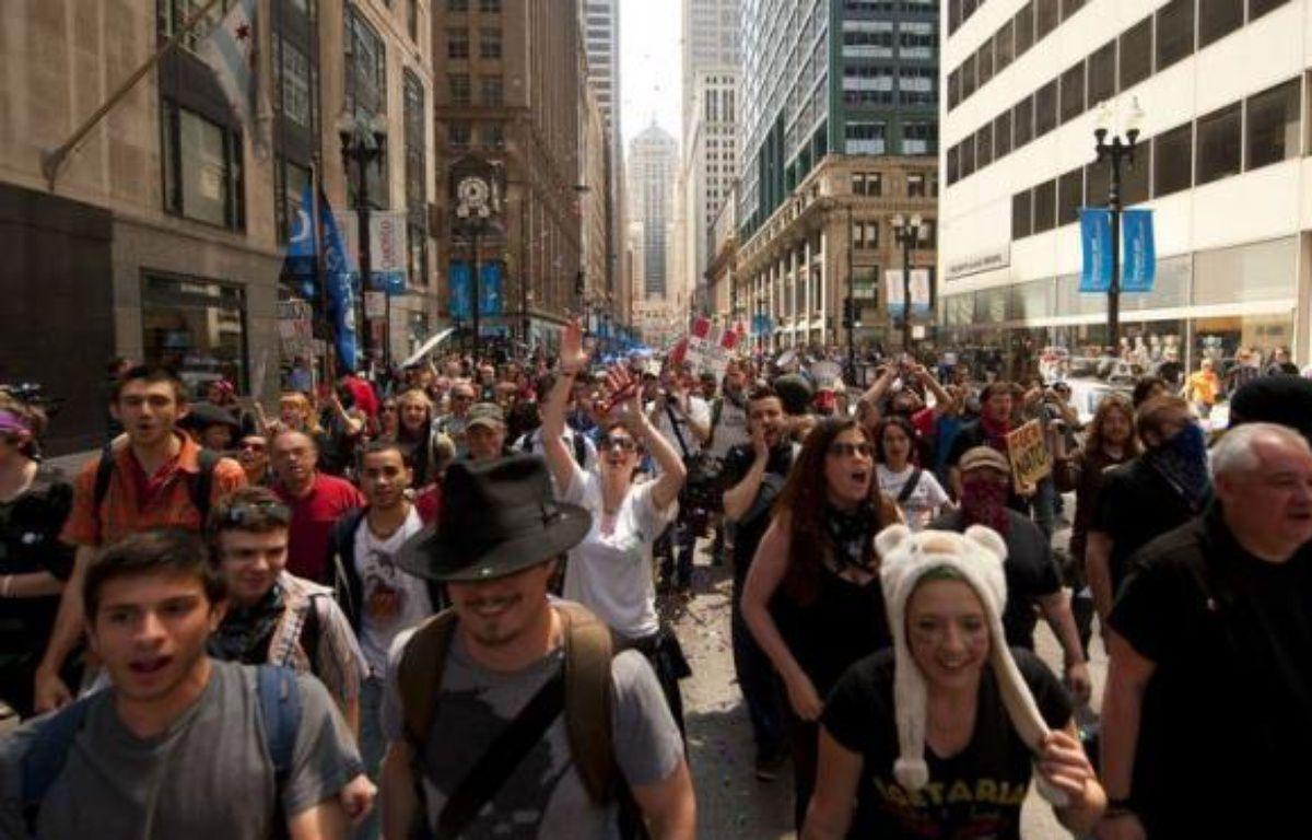 """Des centaines de manifestants ont appelé vendredi dans les rues de Chicago à """"faire payer Wall Street"""" en appliquant une taxe sur les transactions financières, 48 heures avant le début du sommet de l'Otan organisé dans la métropole américaine. – Jim Watson afp.com"""