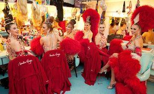 Les danseuses du Moulin Rouge se tenant prêtes dans les loges.