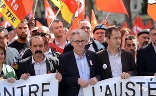 Le secrétaire général de la CGT, Philippe Martinez (g) et le secrétaire général de Force Ouvrière Jean-Claude Mailly (c), le 9 avril 2015 dans la manifestation anti-austérité à Paris