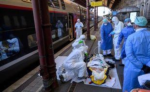 Deux TGV médicalisés ont transporté, vendredi 10 avril, 45 patients atteints de Covid-19 d'Ile-de-France vers la Nouvelle-Aquitaine.
