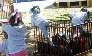 Le nombre d'enfants étrangers adoptés par des familles françaises est en baisse en 2012, à 1.500 contre 4.000 en 2005, selon des projections du ministère des Affaires étrangères rapportées par le quotidien Le Monde daté de dimanche.