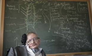 Le physicien Stephen Hawking devant un tableau à l'université de Cambridge.