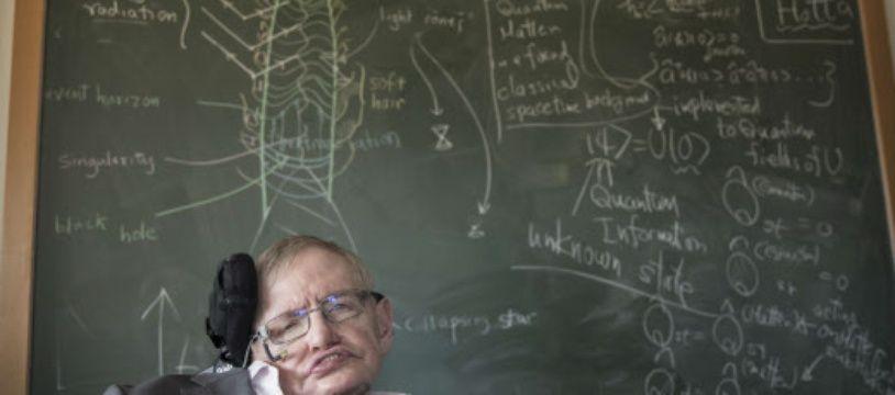 Le physicien Stephen Hawking devant un tableau à l'université de Cambridge.