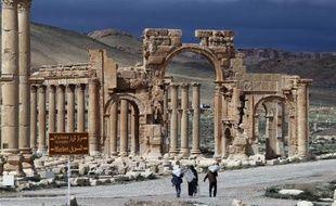 Des Syriens dans la cité classée au patrimoine mondial de l'Unesco de Palmyre, en Syrie, le 14 mars 2014