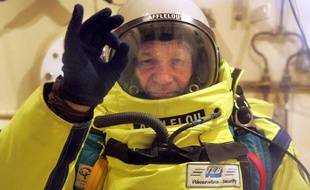 Le parachutiste Michel Fournier teste son matériel le 30 mars 2005 à Marseille dans un caisson hyperbare lors d'une opération de simulation d'altitude pour réaliser son projet de «grand saut» à 40.000m d'altitude.