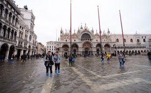 e niveau d'alerte météorologique a été légèrement baissé samedi à Venise, toujours inondée et placée sous état d'urgence.