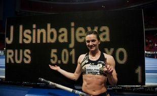 La Russe Yelena Isinbayeva a battu son propre record du monde du saut à la perche en salle en franchissant 5,01 m lors de la réunion d'athlétisme de Stockholm, jeudi soir.