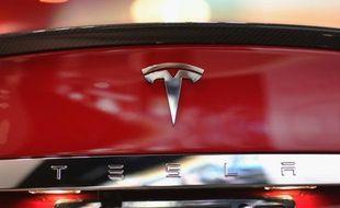 Le logo de Tesla Motor, le 6 juin 2013 à Miami, en Floride