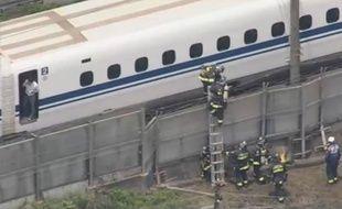 Capture d'écran de la vidéo diffusée par la chaîne NHK montrant le train où s'est déroulé le drame au Japon.