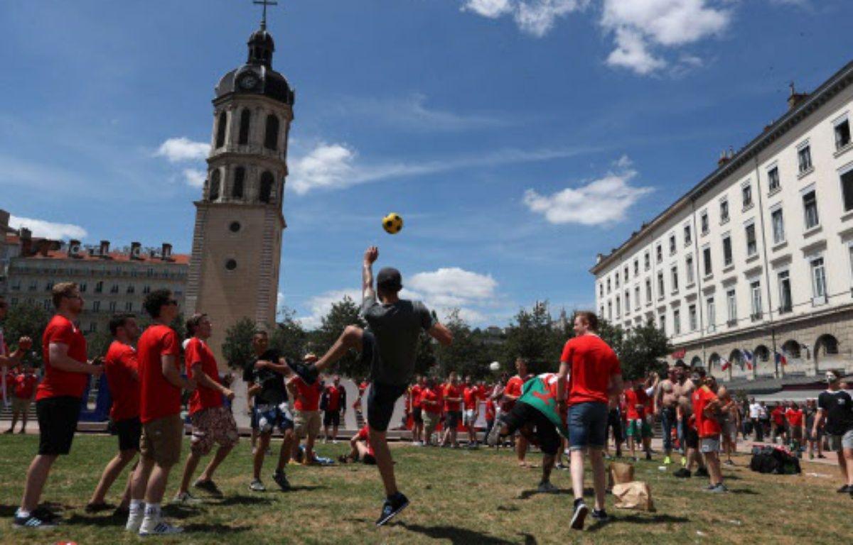 Des supporter gallois pendant l'Euro 2016 à Lyon.   – Thanassis Stavrakis/AP/SIPA