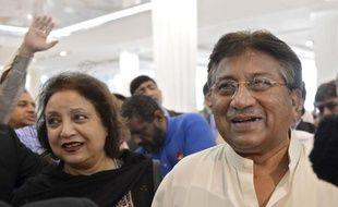 Pervez Musharraf, l'ancien président du Pakistan, à l'aéroport de Dubai, aux Emirats arabes unis, avant son départ pour Karachi, le 24 mars 2013.