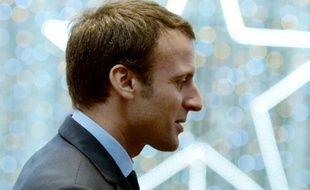 Le ministre Emmanuel Macron au centre commercial des 4 Temps à la Défense, près de Paris, le 25 novembre 2015