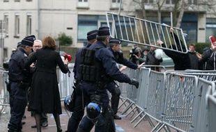 Des employés des abattoirs AIM démontent les barrières devant le tribunal de Coutances (Manches) après l'annonce d'un report d'audience, le 27 mars 2015
