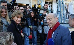 Le 27 novembre 2016, Alain Juppé discute avec une électrice lors du vote pour le deuxième tour de la primaire de la droite et du centre
