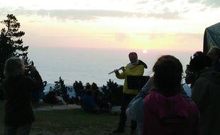 Les musiciens du festival Pablo Casals jouent pour le lever du soleil en haut du Canigou pendant que les spectateurs admirent la vue.