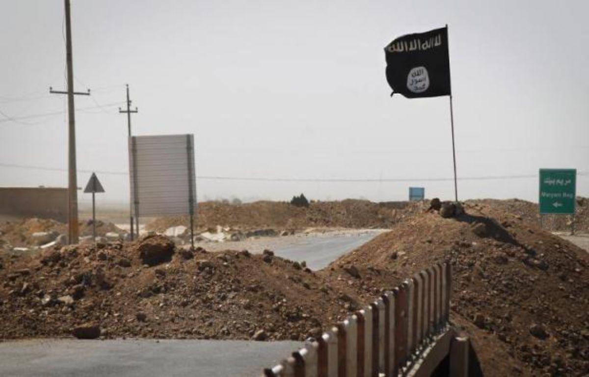 Le drapeau de l'Etat Islamique de l'autre côté d'un pont à Rashad, sur la route entre Kirkouk et Tikrit, en Irak, le 11 septembre 2014 – J.M Lopez AFP