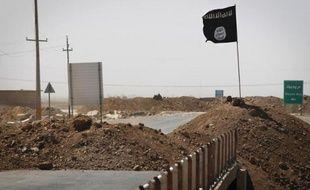 Le drapeau de l'Etat Islamique de l'autre côté d'un pont à Rashad, sur la route entre Kirkouk et Tikrit, en Irak, le 11 septembre 2014