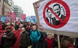 Des manifestants brandissent une pancarte à l'effigie du chancelier conservateur autrichien, Sebastian Kurz (G), et du vice-chancelier et chef du parti d'extrême droite FPÖ Heinz-Christian Strache, lors d'une manifestation contre   le gouvernement de coalition droite/extrême droite, et pour une politique d'asile humaine, à Vienne, le 13 janvier 2018.