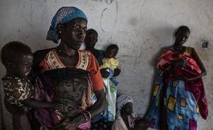Des femmes arrivent avec leurs enfants dans une clinique mobile au Soudan du Sud, les 8 février 2017.