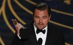 """L'acteur américain Leonardo DiCaprio accepte son Oscar de meilleur acteur pour son interprétation dans """"The Revenant"""" le 28 février 2016 à Hollywood, en Califorinie"""