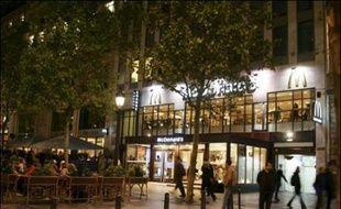 Le leader mondial de la restauration rapide McDonald's, estime que l'Europe est son marché le plus prometteur et va investir jusqu'à 800 millions d'euros sur le continent cette année, annonce son PDG mardi dans une interview.