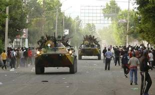 L'armée patrouille dans la ville d'Och, au sud du Kirghizstan, le 11 juin 2010.