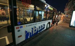 Nouvelle signalétique pour le bus de nuit, le Hibus. Place du Cordeau, Strasbourg le 30 septembre 2015.