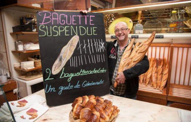 Noël Capron propose des baguettes suspendues dans sa boulangerie.