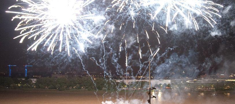 Illustration. feu d'artifice. Bordeaux, 30 juin 2012.  Sebastien Ortola