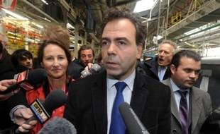 """Le porte-parole du gouvernement Luc Chatel a annoncé mercredi à Cerizay (Deux-Sèvres) aux salariés de l'équipementier Heuliez, menacé de cessation de paiement en avril, que """"l'Etat est là"""" pour aider l'entreprise mais que """"la situation est difficile""""."""