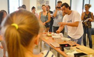 Pierre Augé lors de son atelier à l'hôpital Saint-Eloi, en juin 2014, avec des adolescents du département de médecine psychologique.