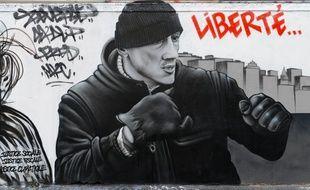 Christophe Dettinger, l'ex-boxer pro accusé d'avoir frappé deux gendarmes, sur une fresque du mouvement Black Lines à Paris.