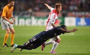 Blaise Matuidi au duel lors du match nul du PSG (1-1) sur la pelouse de l'Ajax Amsterdam, le 17 septembre 2014.