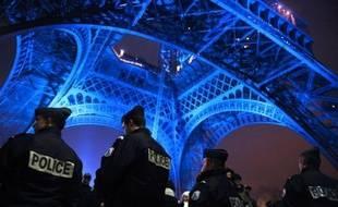 """Soixante mille policiers, gendarmes, pompiers et secouristes seront mobilisés en France la nuit de la Saint-Sylvestre pour """"veiller à la sécurité des Français"""", a annoncé samedi sur RTL le ministre de l'Intérieur, Claude Guéant."""