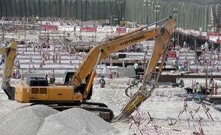 Des ouvriers en train de travailler sur la construction du stade d'Al-Wakra, prévu pour la Coupe du monde 2022.